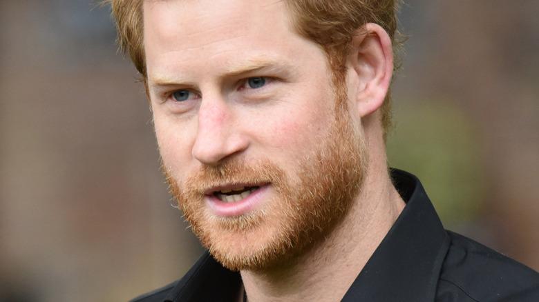 Prins Harry ser på siden med litt åpen munn