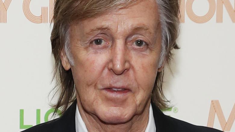 Paul McCartney stiller i dress.