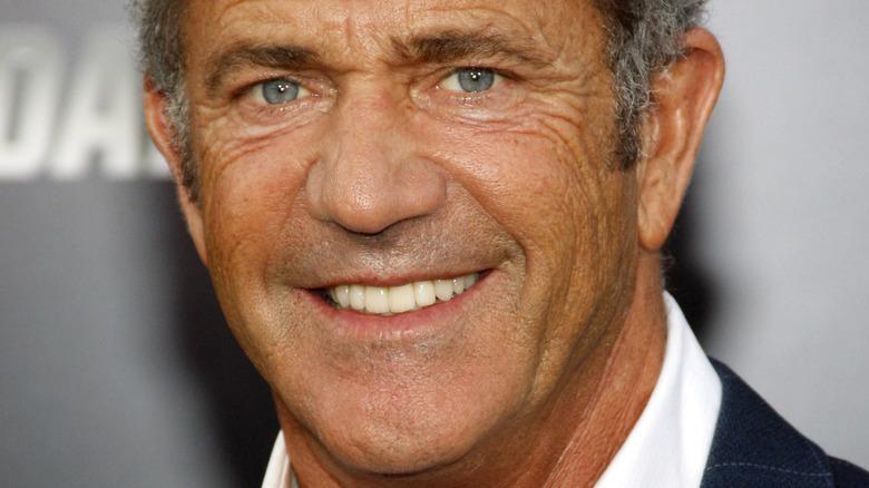 Mel Gibson smiler til et arrangement