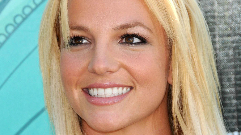 Britney Spears smiler rett hår
