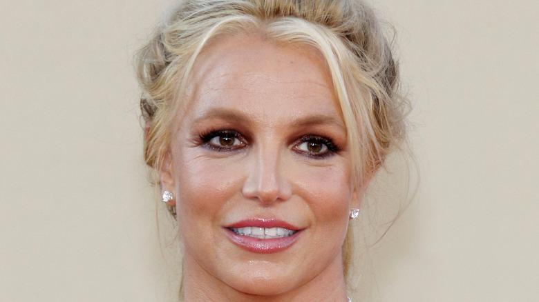 Britney Spears smiler på den røde løperen