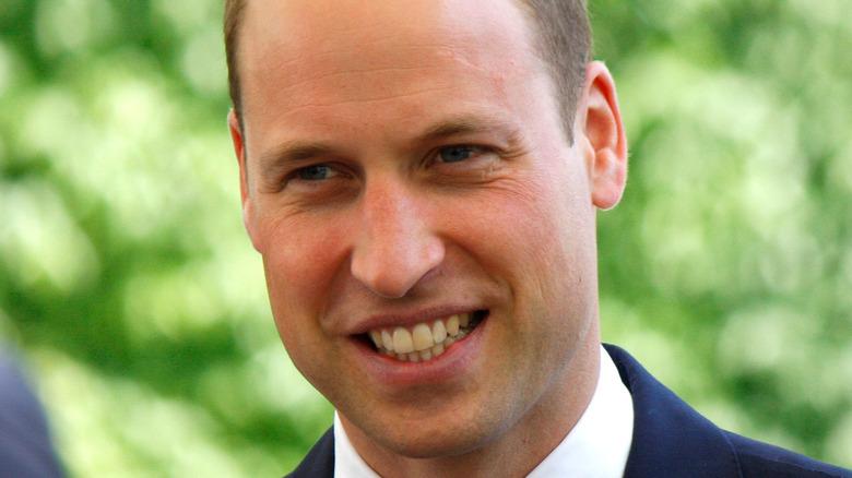 Prins William smiler i marinefarge.