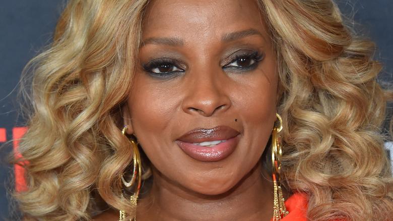 Mary J. Blige smiler