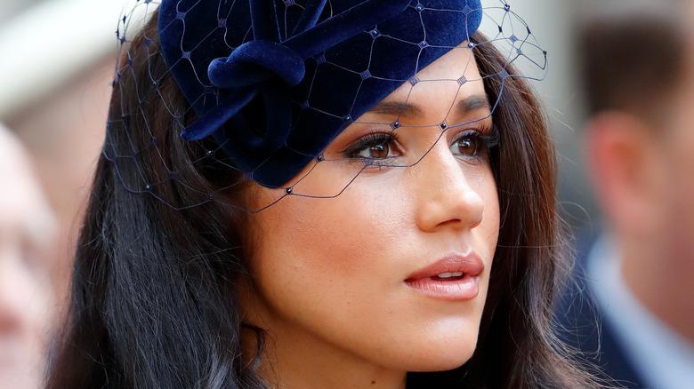 Meghan Markle iført et blått hodeplagg