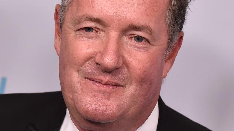 Piers Morgan poserer for kameraene