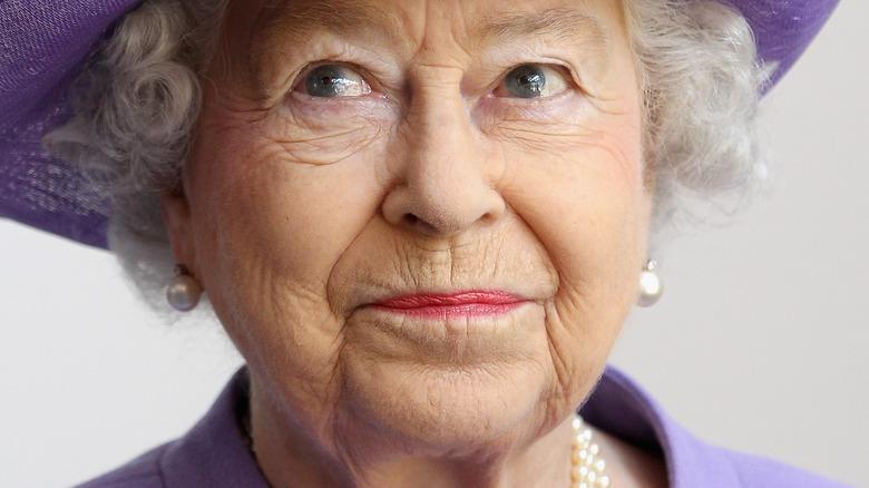 Dronning Elizabeth ser på siden med lett smirk