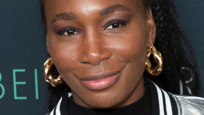 Venus Williams smiler på den røde løperen