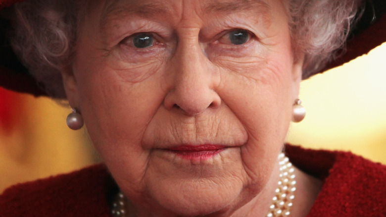 Dronning Elizabeth rød hatt