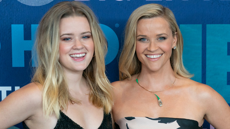Ava Phillippe og Reese Witherspoon ler