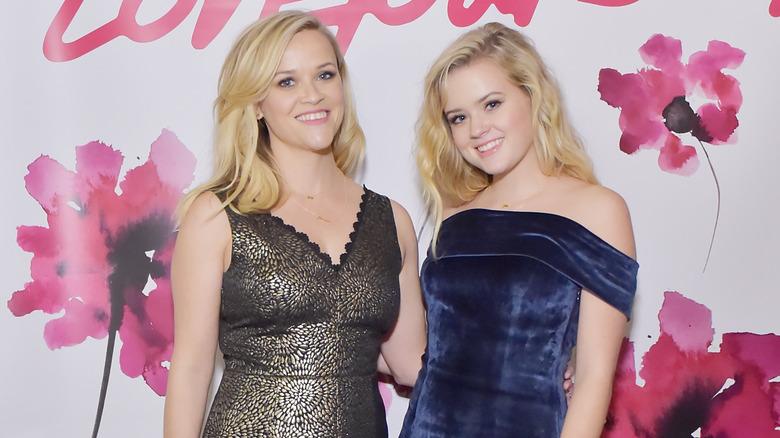 Reese Witherspoon i gullkjole og Ava Phillippe i blå kjole