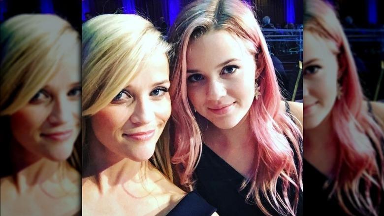 Ava Phillippe ved siden av Reese Witherspoon med rosa hår