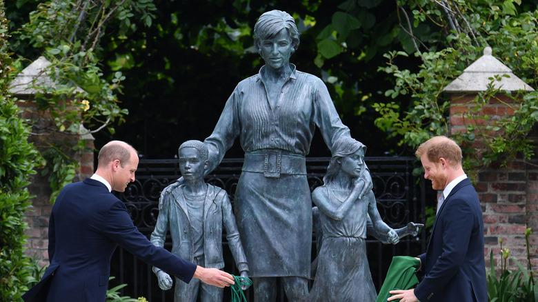 Prinsesse Harry og William med statuen av Diana