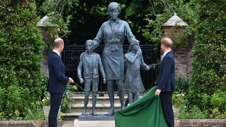 Prins William og prins Harry foran prinsesse Diana-statuen