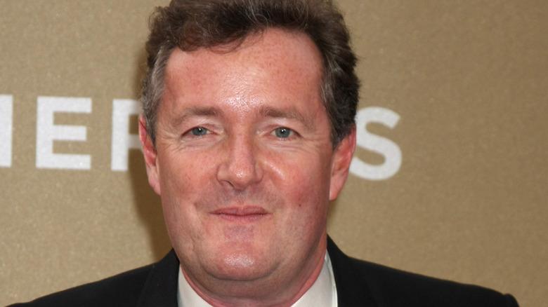 Piers Morgan smiler til et arrangement