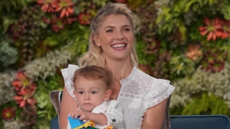 Amanda Cordero holder sønnen Elvis