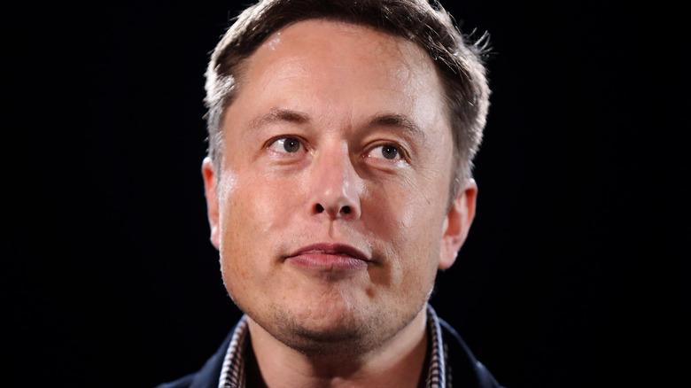 Elon Musk ser opp og til siden med lett smirk