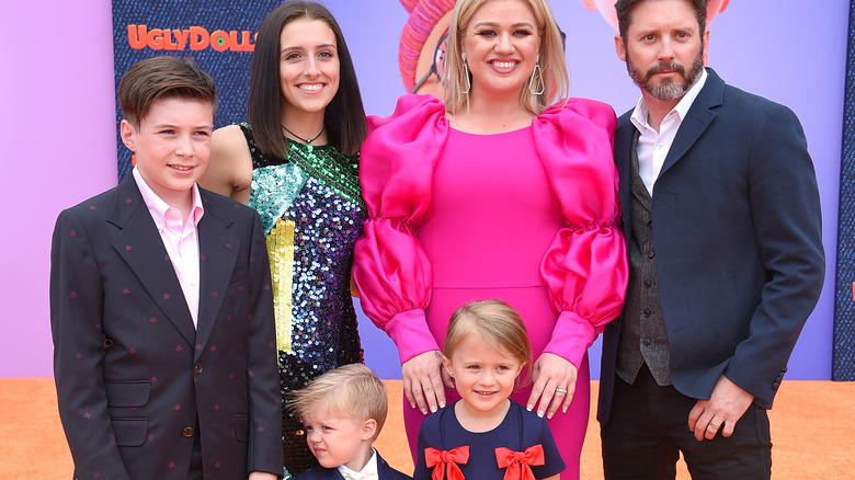 """Smilende Kelly Clarkson og Brandon Blackstock og familie på """"Ugly Dolls"""" 2019 i rosa kjole"""