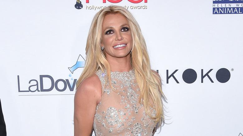Britney Spears smiler og ser opp på rød løper