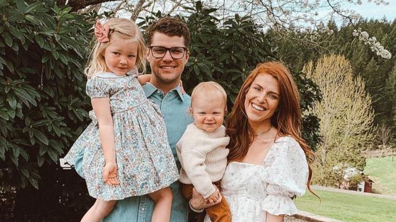 Jeremy og Audrey Roloff poserer med barna sine