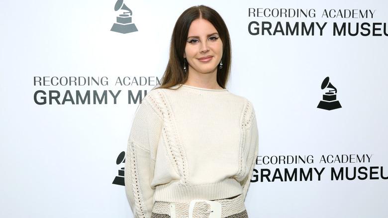 Lana Del Rey smiler på den røde løperen
