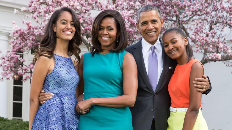 Michelle Obama poserer med mannen og døtrene