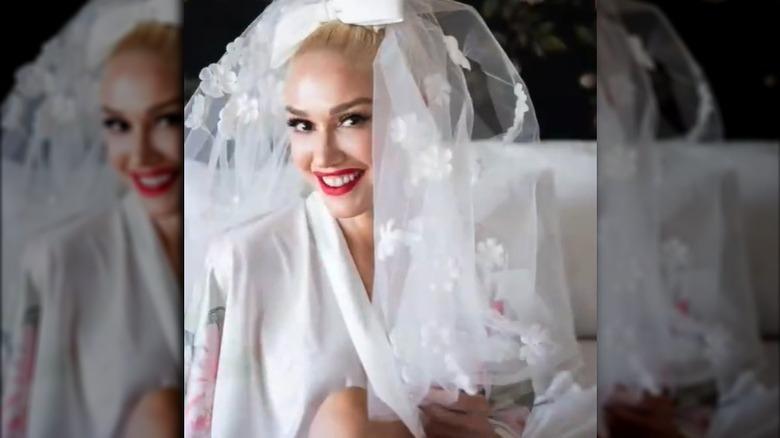 Gwen Stefani smiler med slør