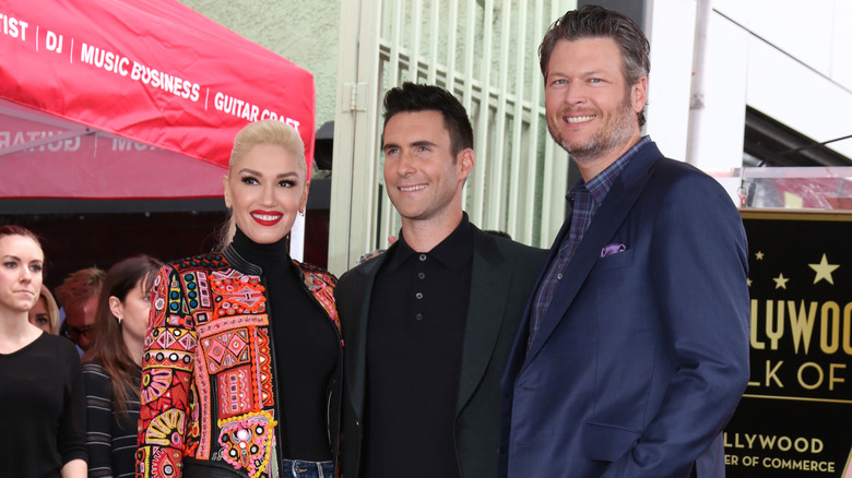 Gwen Stefani, Adam Levine og Blake Shelton smiler