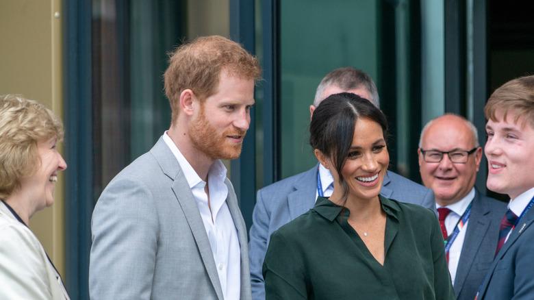 Prins Harry og Meghan Markle i en mengde