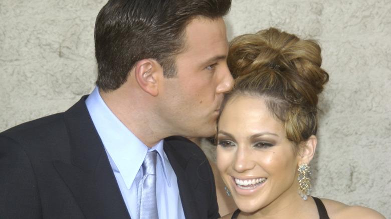 Ben Affleck kysser Jennifer Lopez på hodet
