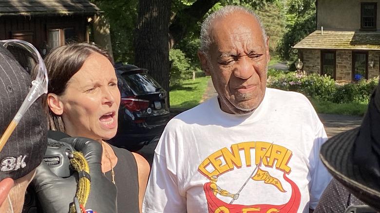 Bill Cosby og hans advokat snakker til pressen etter at han er løslatt fra fengselet