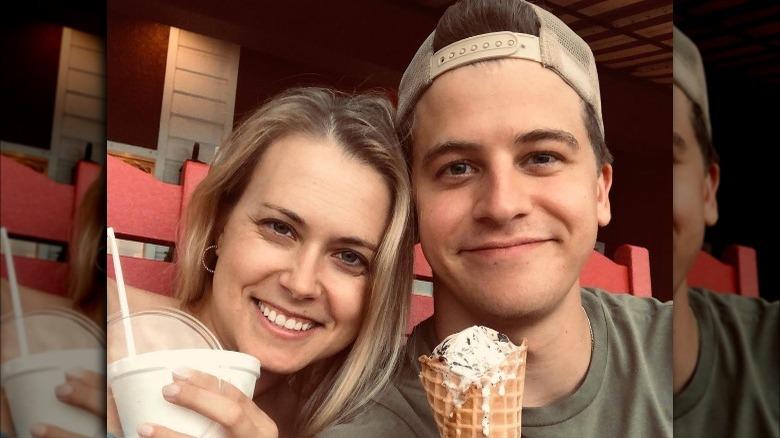 Nina Carnahan og Barrett Carnahan smiler med iskrem