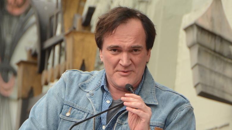 Quentin Tarantino snakker i mikrofonen