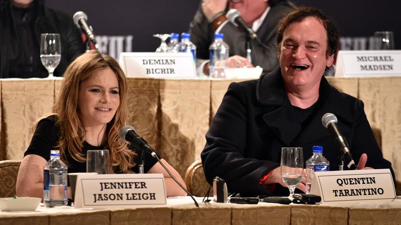 Jennifer Jason Leigh og Quentin Tarantino satt under en paneldiskusjon