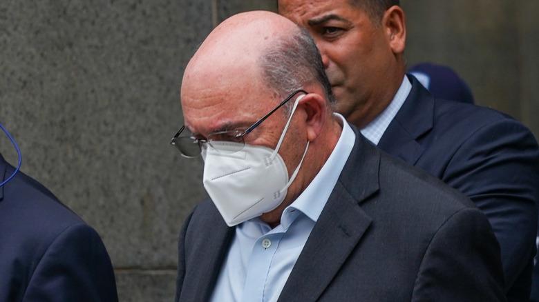 Allen Weisselberg blir ført bort i håndjern