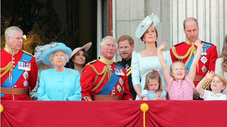 Den kongelige familien på Buckingham-palassets balkong