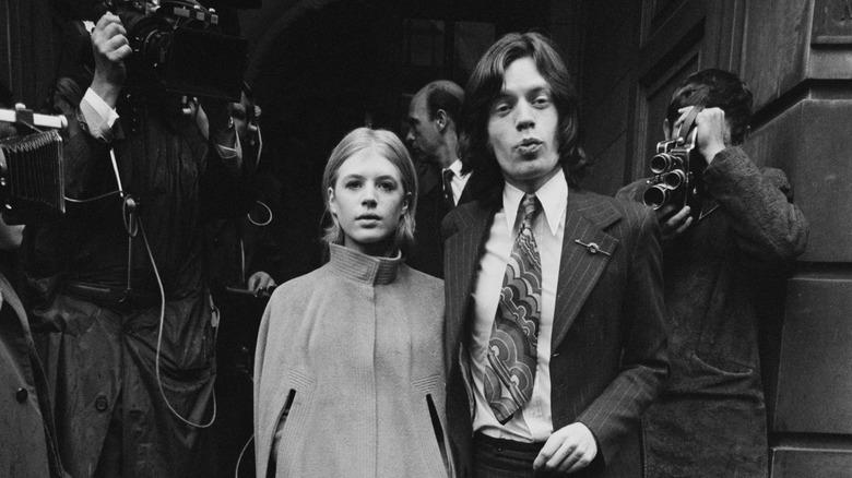 Mick Jagger og Marianne Tro forlater retten