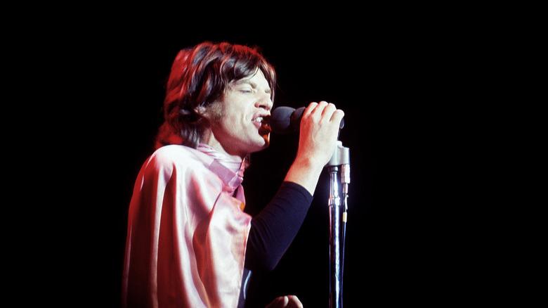 Mick Jagger opptrer på Altamont