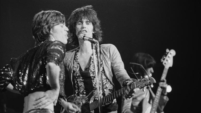 Mick Jagger og Keith Richards opptrer