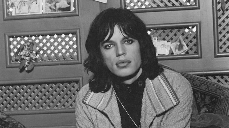 Mick Jagger satt og poserte