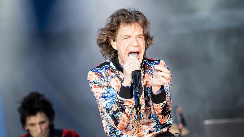 Mick Jagger opptrer