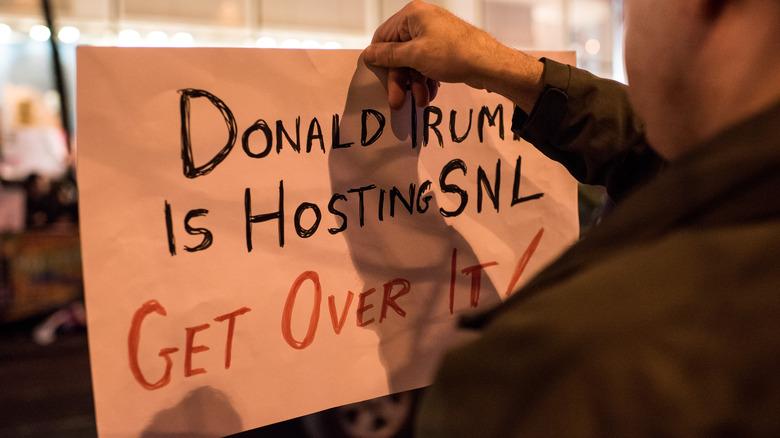 Donald Trump SNL protestresponsskilt
