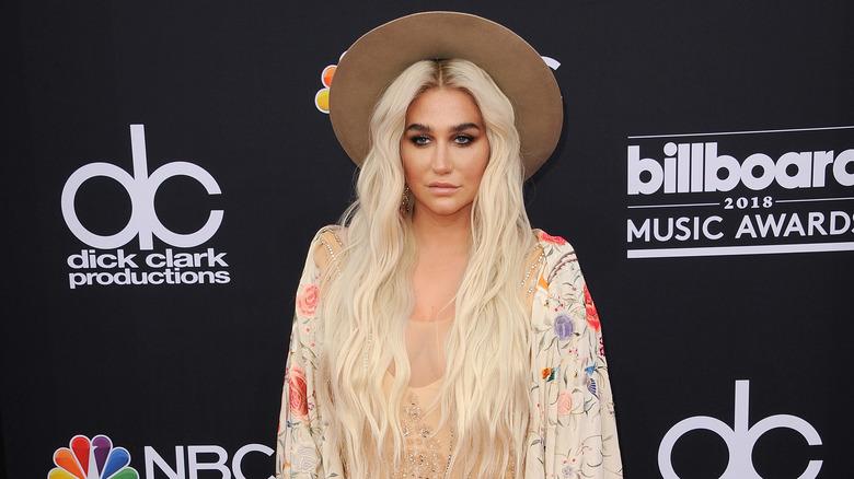 Kesha i en hatt