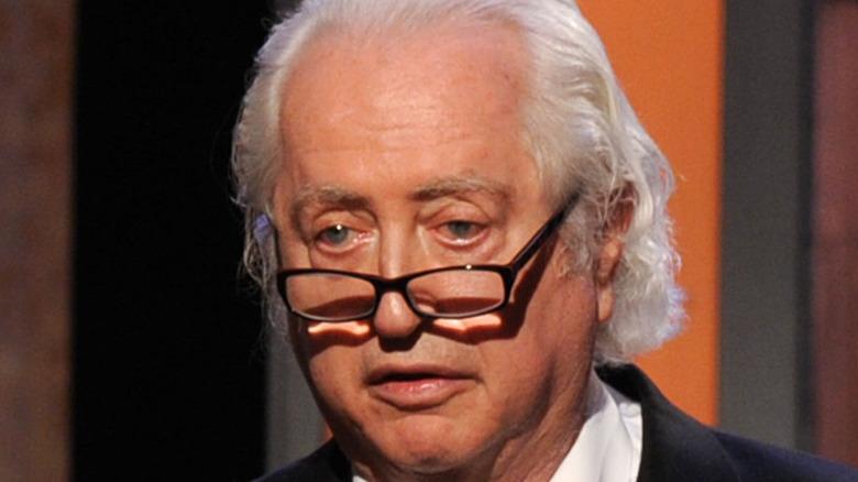 Robert Downey Sr. bruker briller på scenen