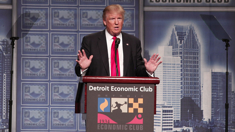 Donald Trump snakker på podiet