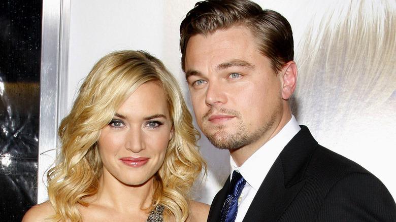 Leonardo DiCaprio og Kate Winslet omfavner i et teater