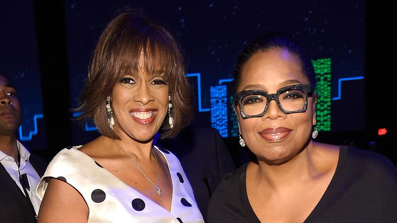 Gayle King og Oprah Winfrey smiler