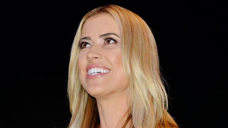 Christina Haack smiler og ser opp