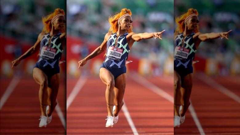 Sha'Carri Richardson peker mens han løper