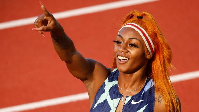 Sha'Carri Richardson, peker, smiler, 2021-bilde på banen