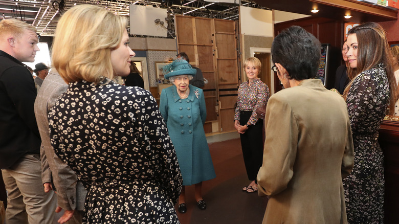Dronning Elizabeth II på settet av Coronation Street